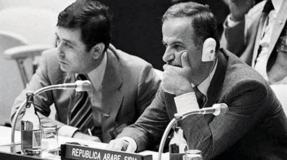 صورة أرشيفية للرئيس الراحل حافظ الأسد ونائبه عبد الحليم خدّام في أحد الاجتماعات - (الشرق الأوسط)