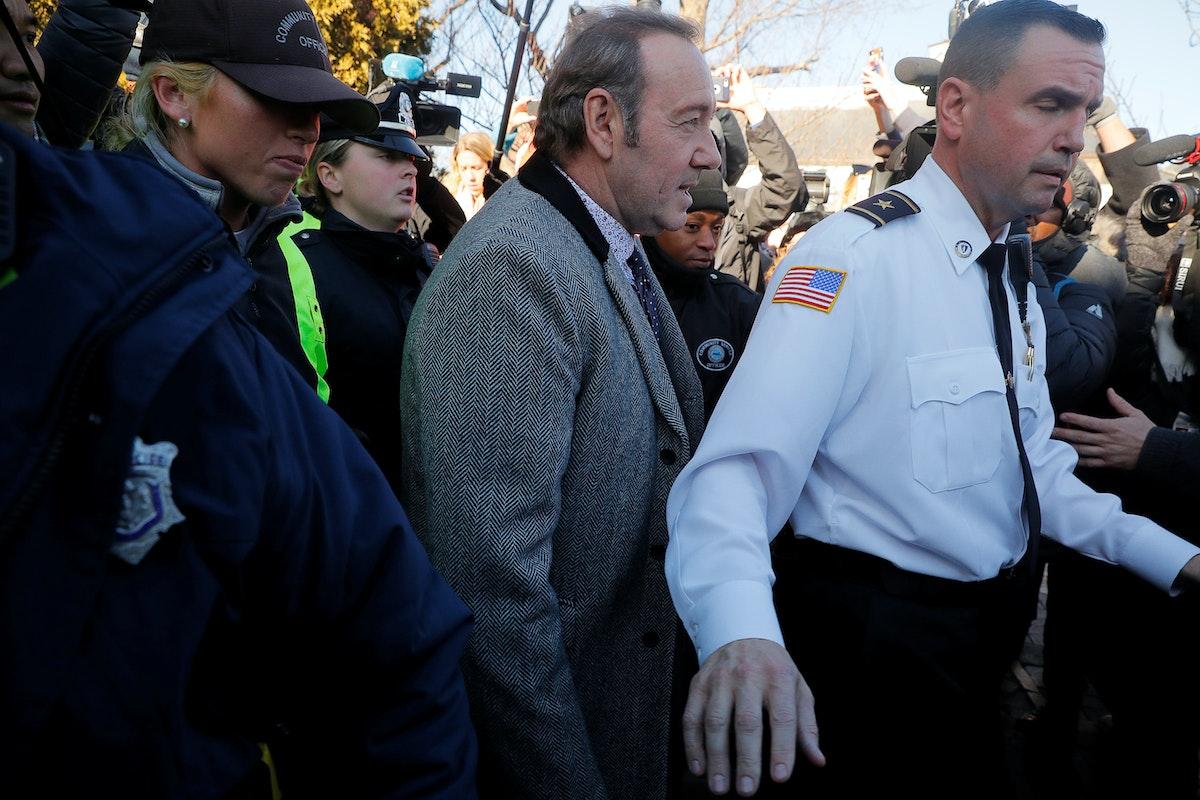 كيفن سبيسي في حراسة الشرطة أثناء محاكمته بتهمة التحرش 2019 - REUTERS