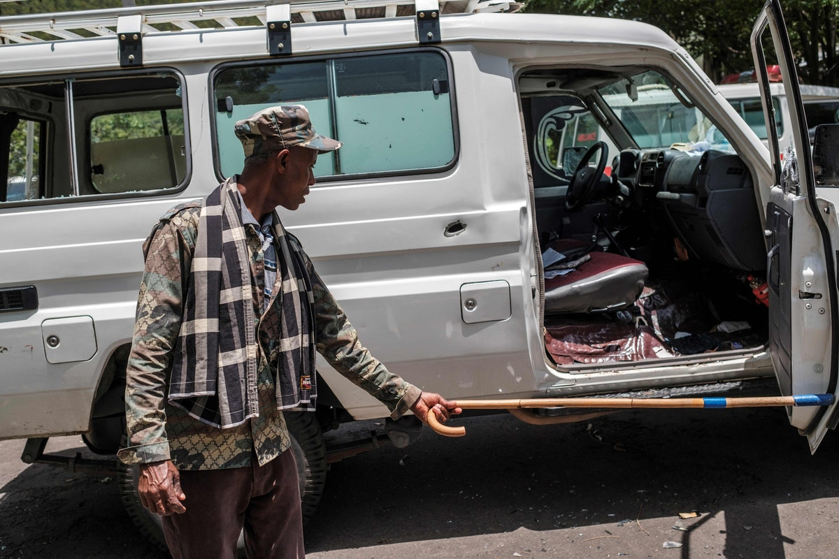 يفتح باب سيارة إسعاف مدمّرة، في مستشفى مدينة أتاي بإثيوبيا - 15 مايو 2021 - AFP