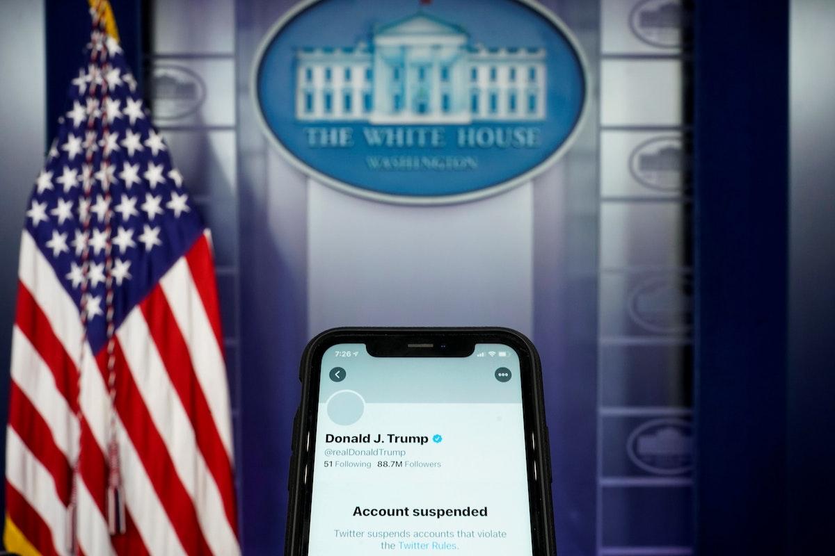 حساب تويتر المعلق للرئيس الأميركي دونالد ترمب على هاتف في غرفة الإحاطة بالبيت الأبيض- 9 يناير 2021 - REUTERS