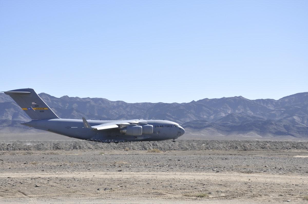 طائرة أميركية على مدرج في قاعدة شمسي الباكستانية - 11 ديسمبر 2011 - REUTERS