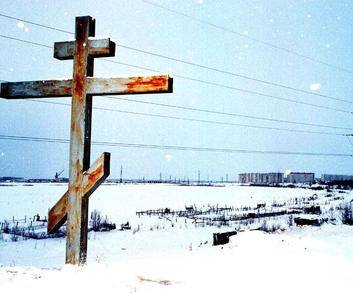"""صليب يخلّد ذكرى سجناء معسكر """"غولاغ"""" في سيبيريا - فبراير 1999 - BLOOMBERG NEWS"""
