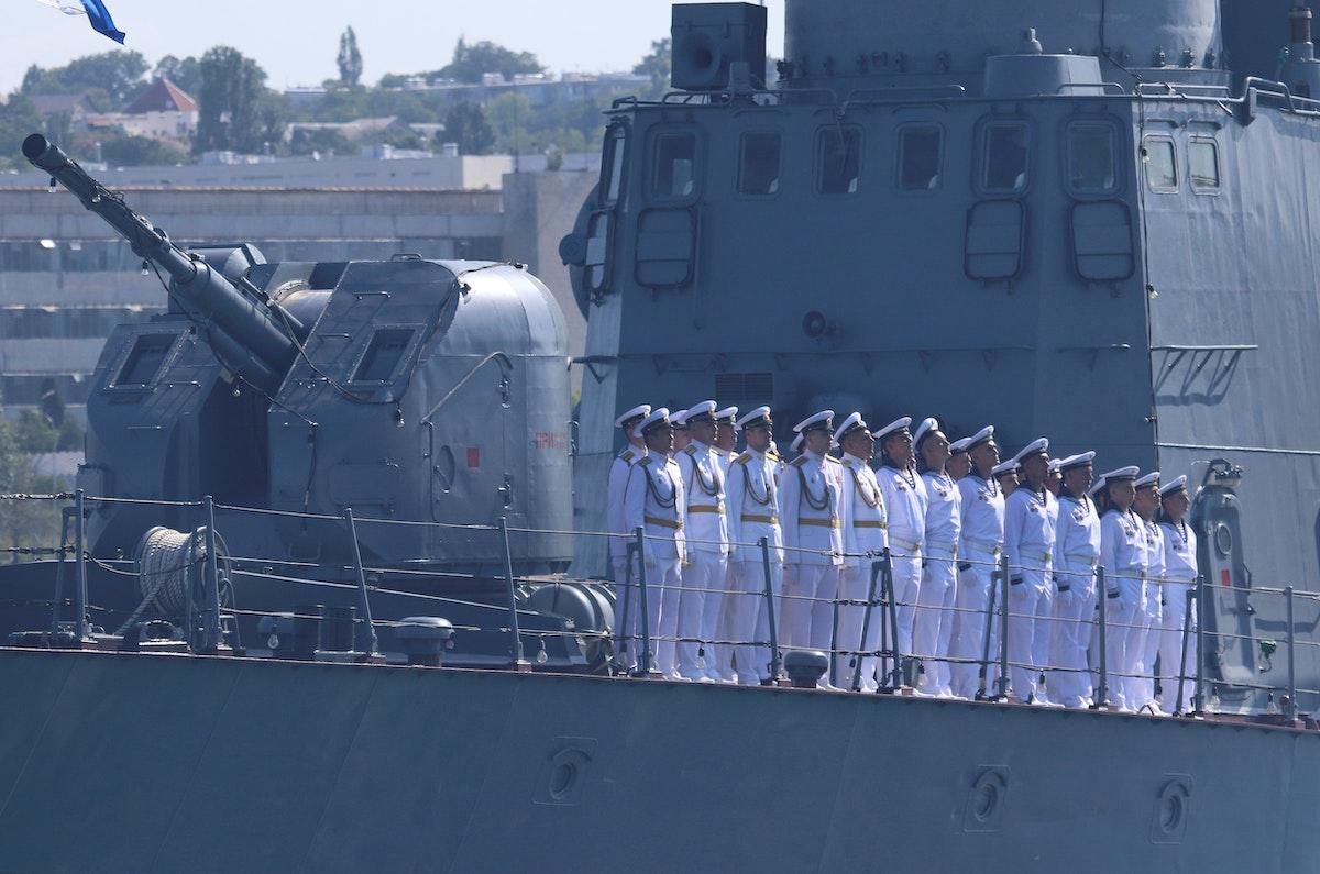 بحارة روس على متن سفينة حربية في ميناء سيفاستوبول على البحر الأسود، 26 يوليو 2019 - REUTERS