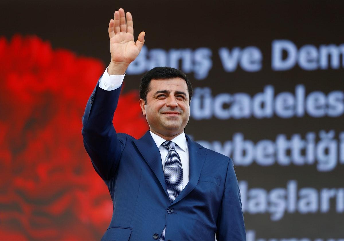 """الرئيس السابق لـ""""حزب الشعوب الديمقراطي"""" صلاح الدين دميرطاش، المسجون الآن، خلال تجمّع في إسطنبول - 5 يونيو 2016 - REUTERS"""