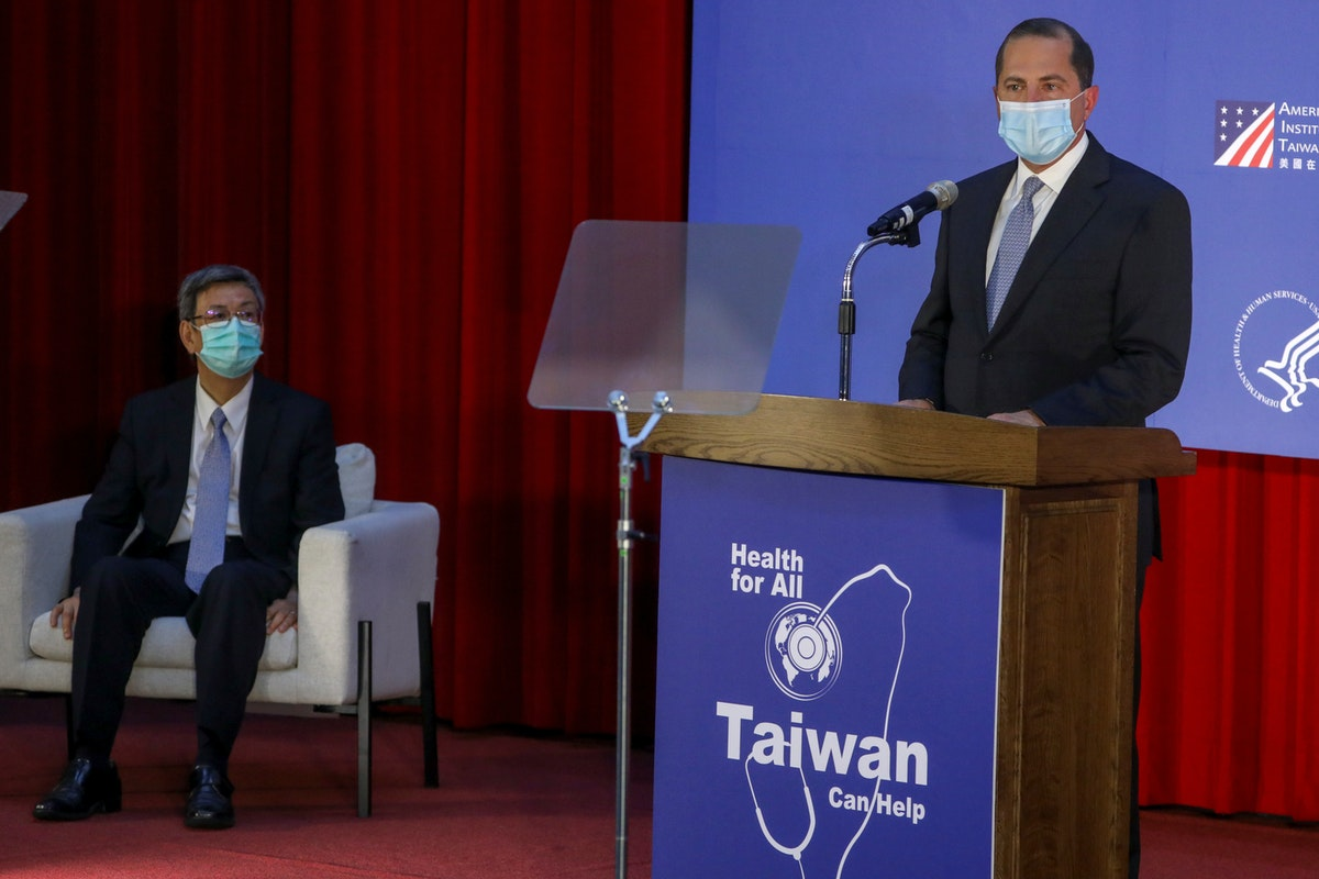 وزير الصحة والخدمات الإنسانية الأميركي، أليكس عازار ، يلقي خطاباً في إحدى الجامعات في تايبيه، تايوان. 11 أغسطس 2020 - REUTERS