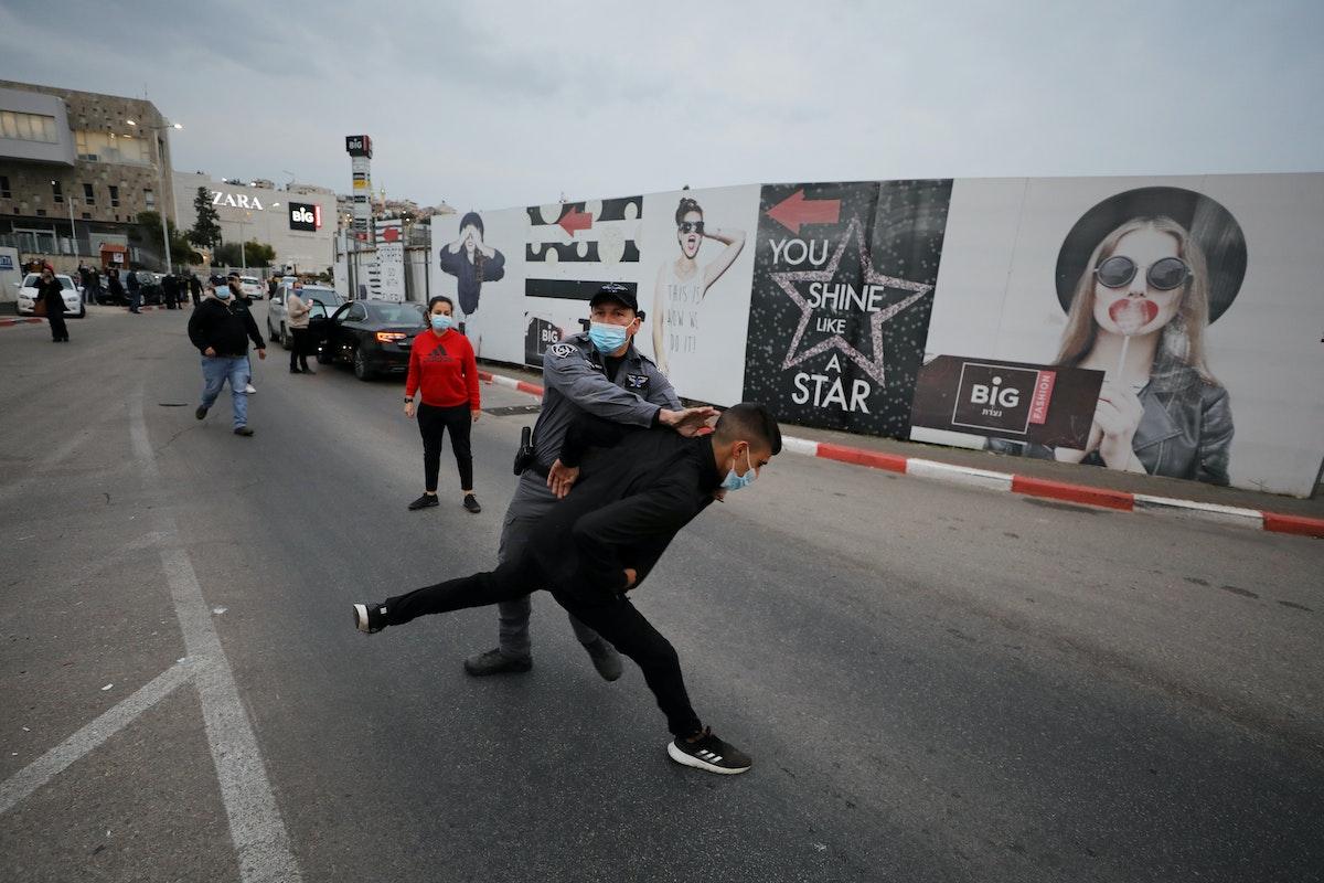 الشرطة الإسرائيلية تعتقل فلسطينيين خلال مظاهرة ضد رئيس الوزراء الإسرائيلي بنيامين نتنياهو أثناء زيارته مدينة الناصرة، 13 يناير 2021 - REUTERS