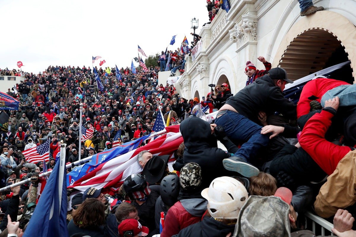 عدد من أنصار الرئيس الأميركي دونالد ترمب خلال مظاهراتهم داخل مبنى الكونغرس - REUTERS