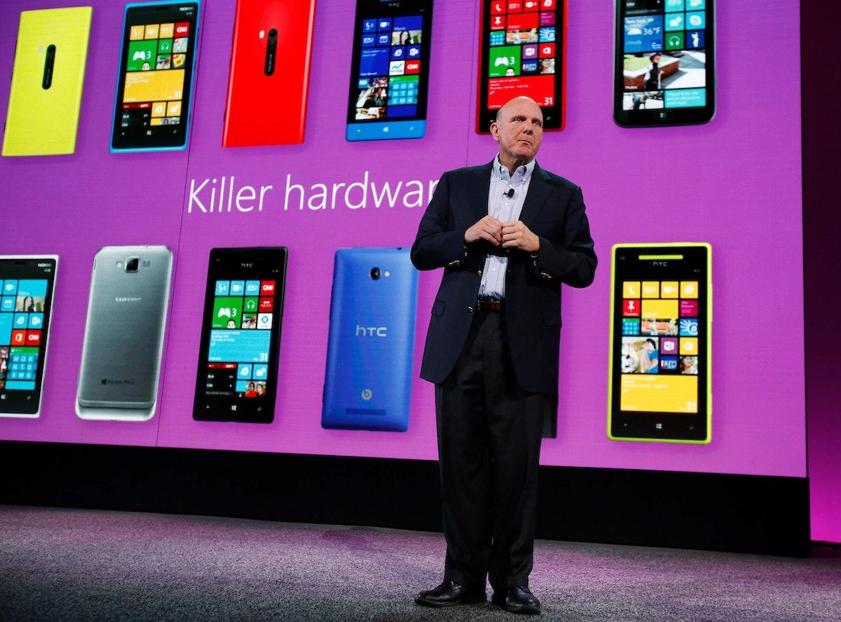 الرئيس التنفيذي لشركة مايكروسوفت،ستيف بالمر، يكشف عن هاتف Windows Phone 8 الجديد في قاعة في سان فرانسيسكو ، كاليفورنيا. - AFP