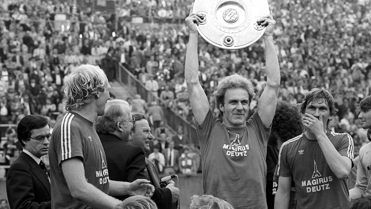 كارل هاينز رومينيغه يحمل درع الدوري الألماني بعد تتويج بايرن ميونيخ باللقب عام 1980 - fcbayern.com
