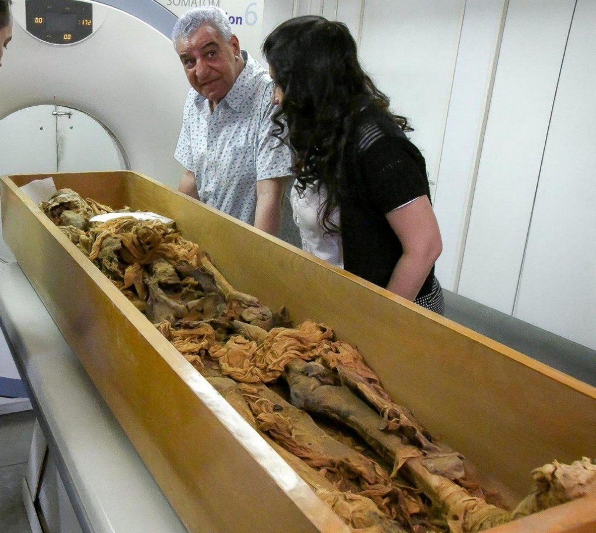 خبير الآثار المصري زاهي حواس خلال إجراء أشعة مقطعية على مومياء لملك مصري قديم - REUTERS