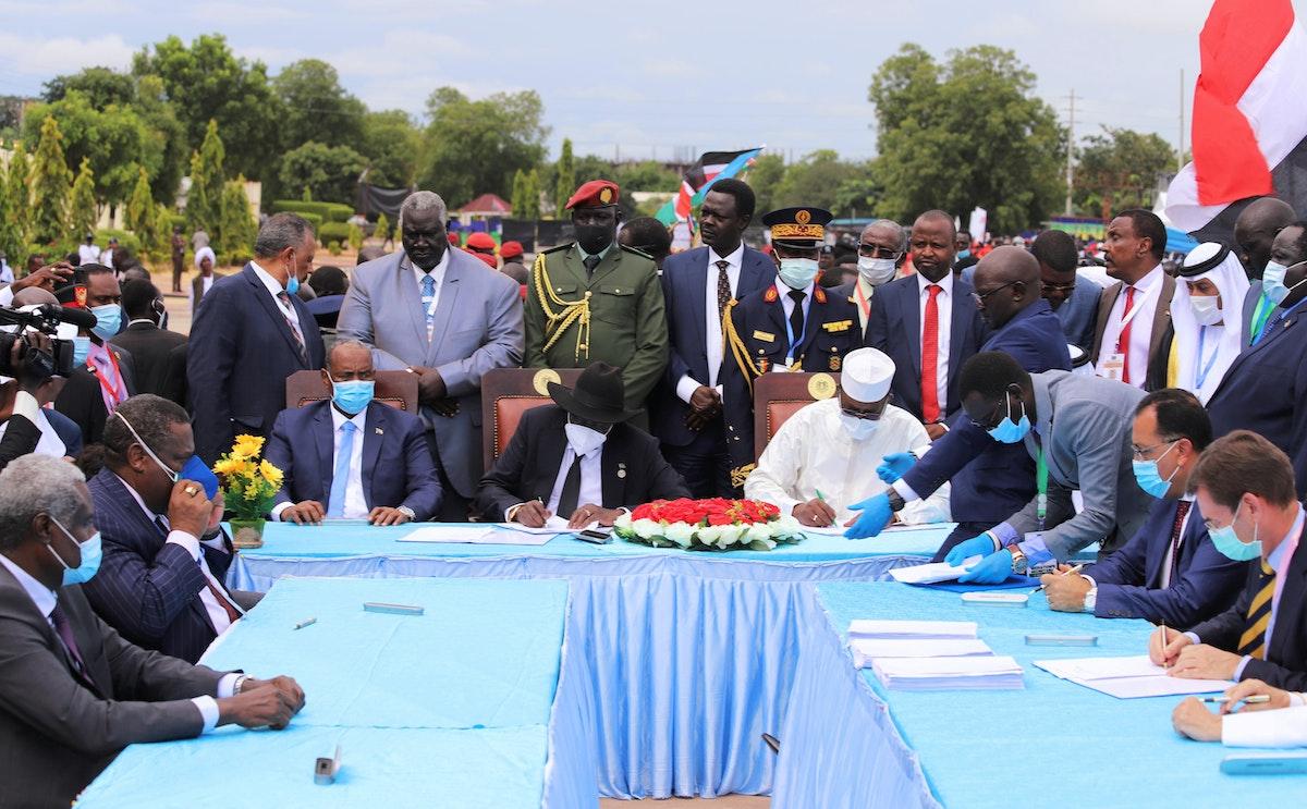 رئيس مجلس السيادة السوداني الفريق أول عبد الفتاح البرهان خلال توقيع اتفاق السلام مع الحركات المسلحة، في جوبا عاصمة جنوب السودان- 3 أكتوبر 2020 - REUTERS