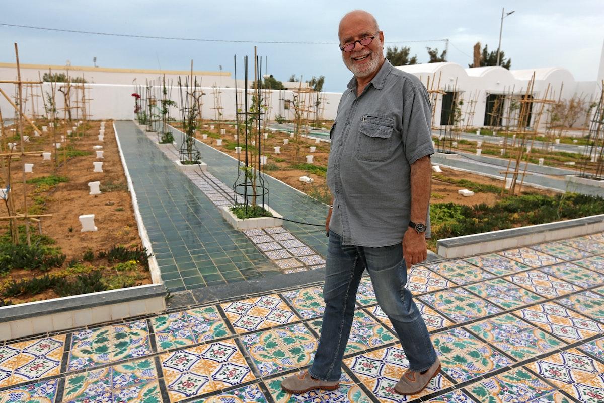 """الفنان الجزائري رشيد قريشي في """"حديقة إفريقيا""""، مقبرة المهاجرين الذين غرقوا وهم يحاولون الانتقال إلى الضفة الأخرى - AFP"""