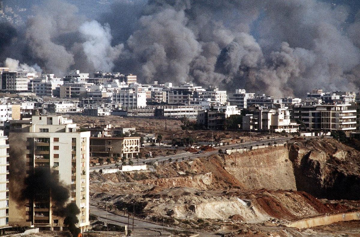قصف إسرائيلي غرب العاصمة اللبنانية بيروت عام 1982 - AFP