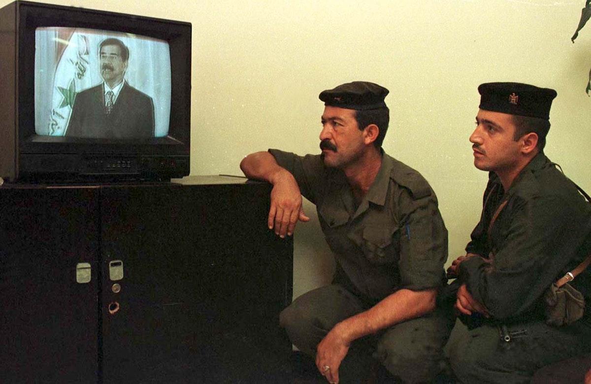 جنود عراقيون يستمتعون إلى خطاب الرئيس صدام حسين بمناسبة ذكرى الحرب مع إيران- 8 أغسطس 1998 - REUTERS
