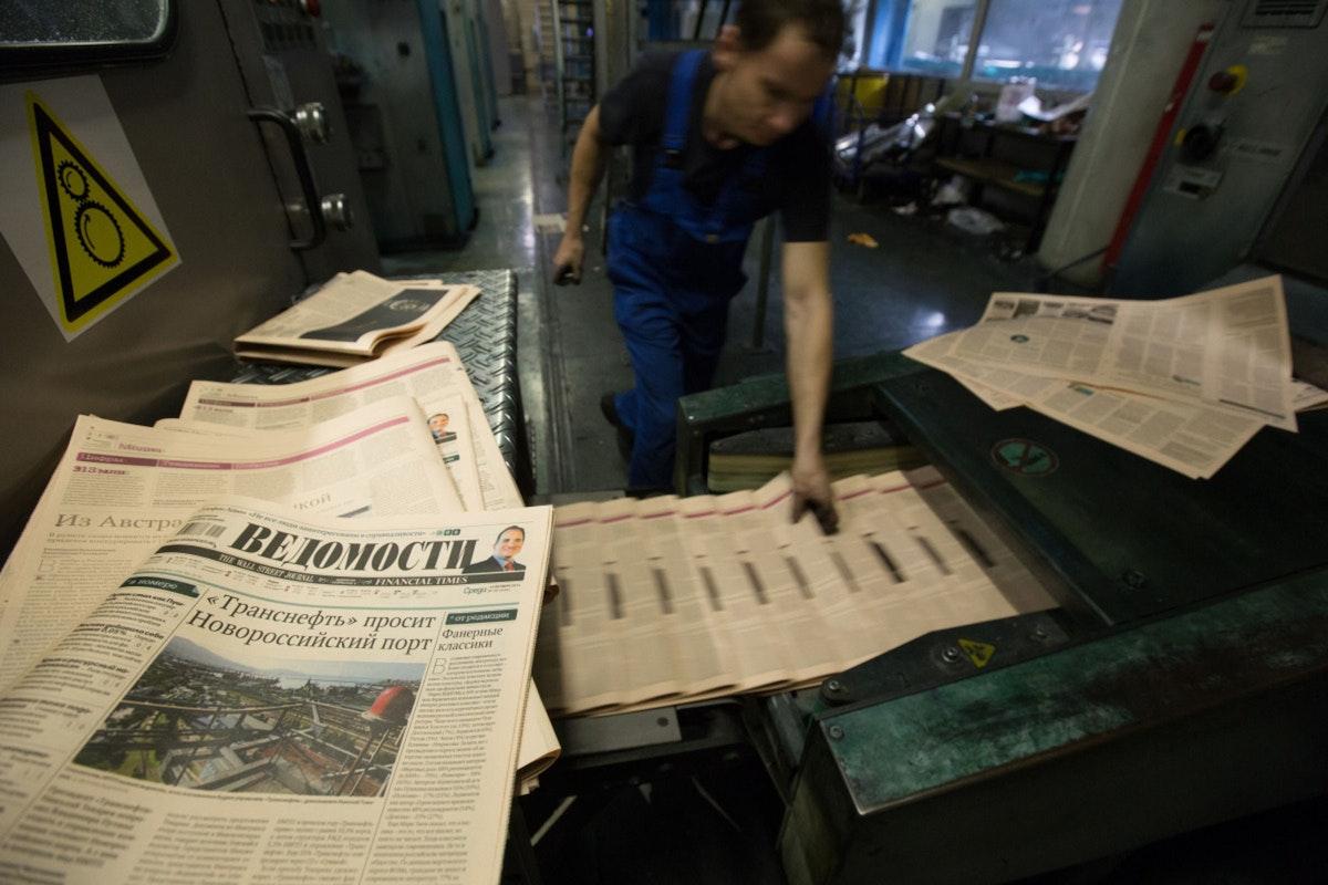 """نسخ من صحيفة """"فيدوموستي"""" في موسكو - 15 أكتوبر 2014 - Bloomberg"""
