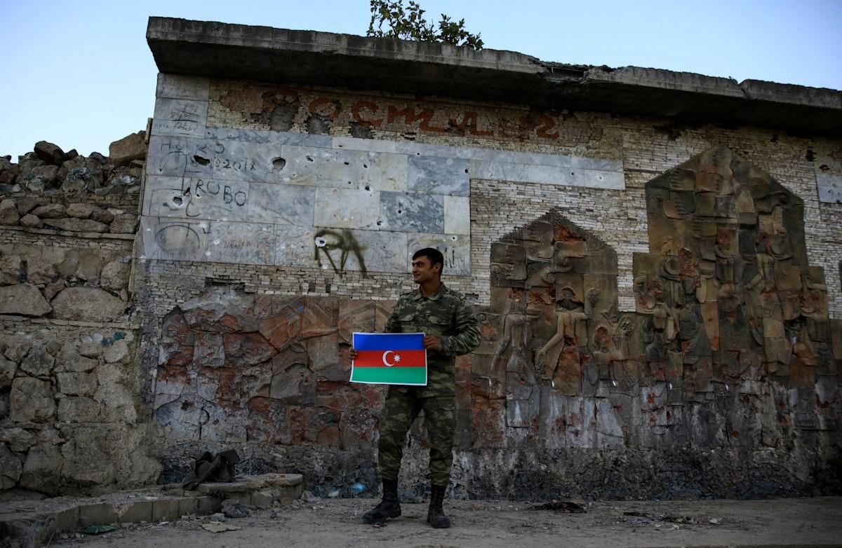 جندي يرفع يرفع العلم الأذربيجاني في مدخل منطقة جبرائيل عقب السيطرة عليها. 16 أكتوبر 2020 - REUTERS