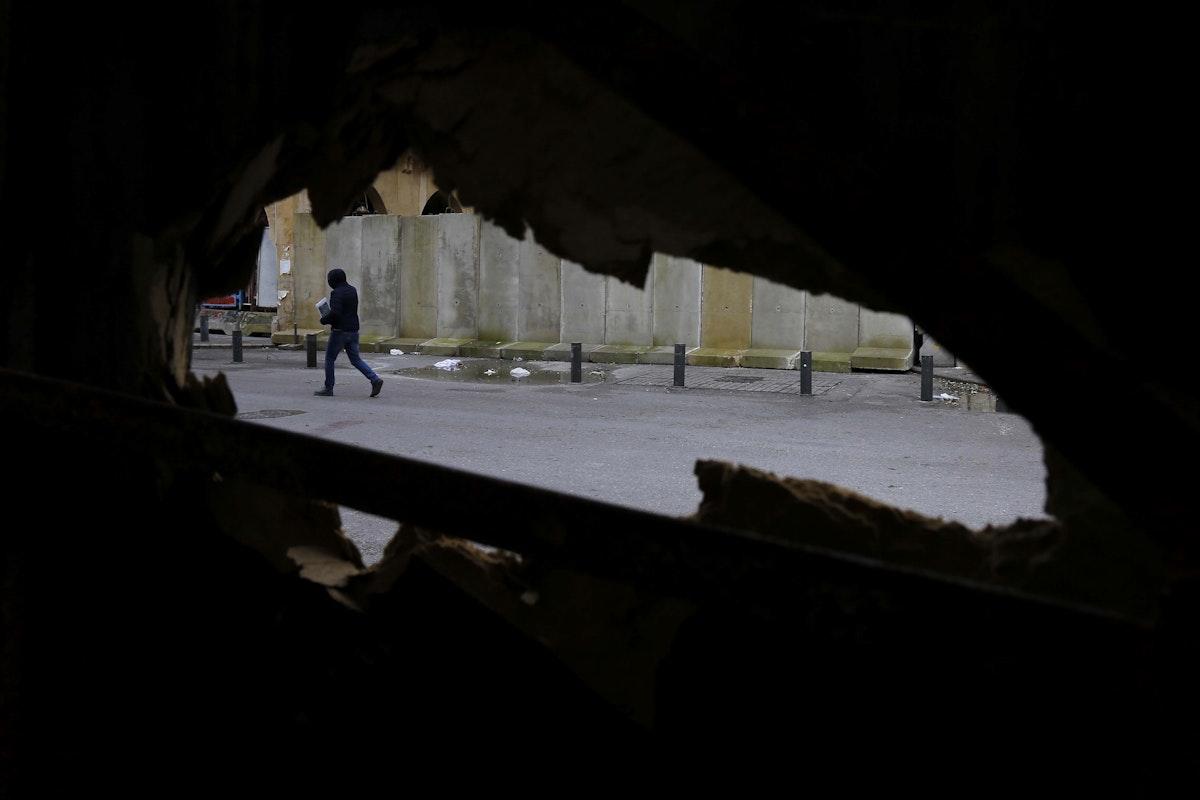 """صورة من معرض """"بين تشرينَين"""" للمصور اللبناني مروان طحطح - الشرق"""