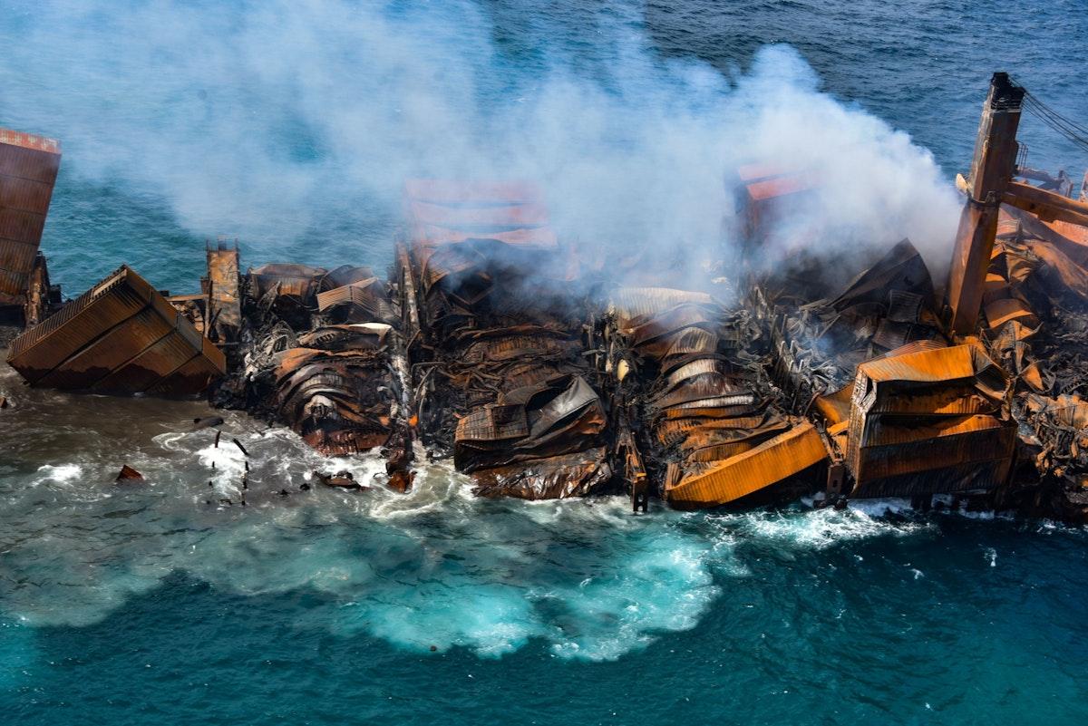 """مؤخرة السفينة """"إم في إكس برس بيرل"""" تغرق بالكامل وآثار الحريق تبدو واضحة عليها - REUTERS"""