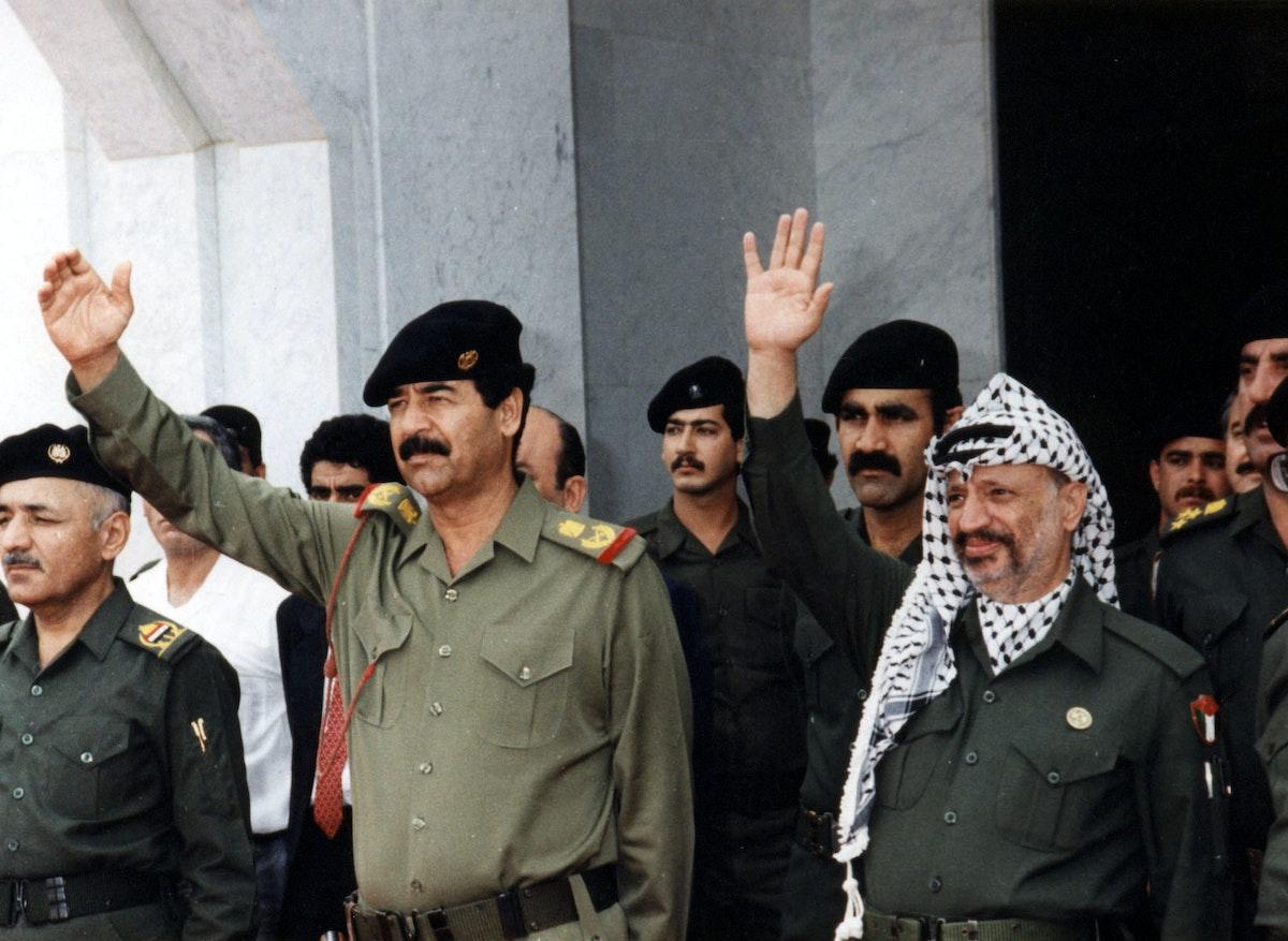 الرئيس الفلسطيني الراحل ياسر عرفات إلى جانب الرئيس العراقي الراحل صدام حسين في بغداد- 22 أكتوبر 1988 - REUTERS