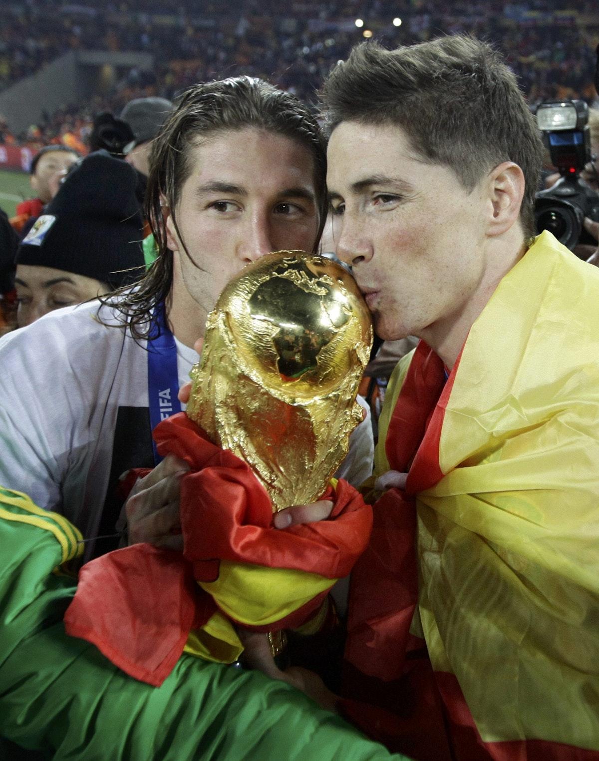 سيرخيو راموس وفيرناندو توريس يحملان كأس العالم 2010 - REUTERS