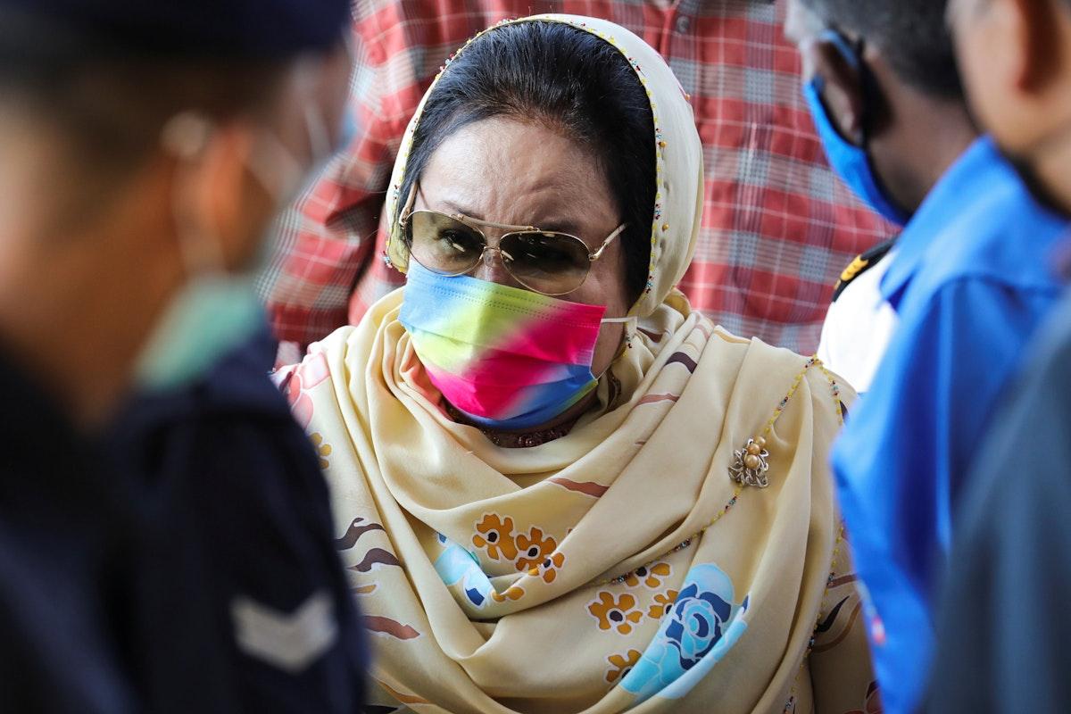 وصول روزما منصور، زوجة رئيس الوزراء الماليزي السابق عبد الرزاق إلى محكمة كوالالمبور العليا في كوالالمبور، ماليزيا. 18 فبراير 2021 - REUTERS