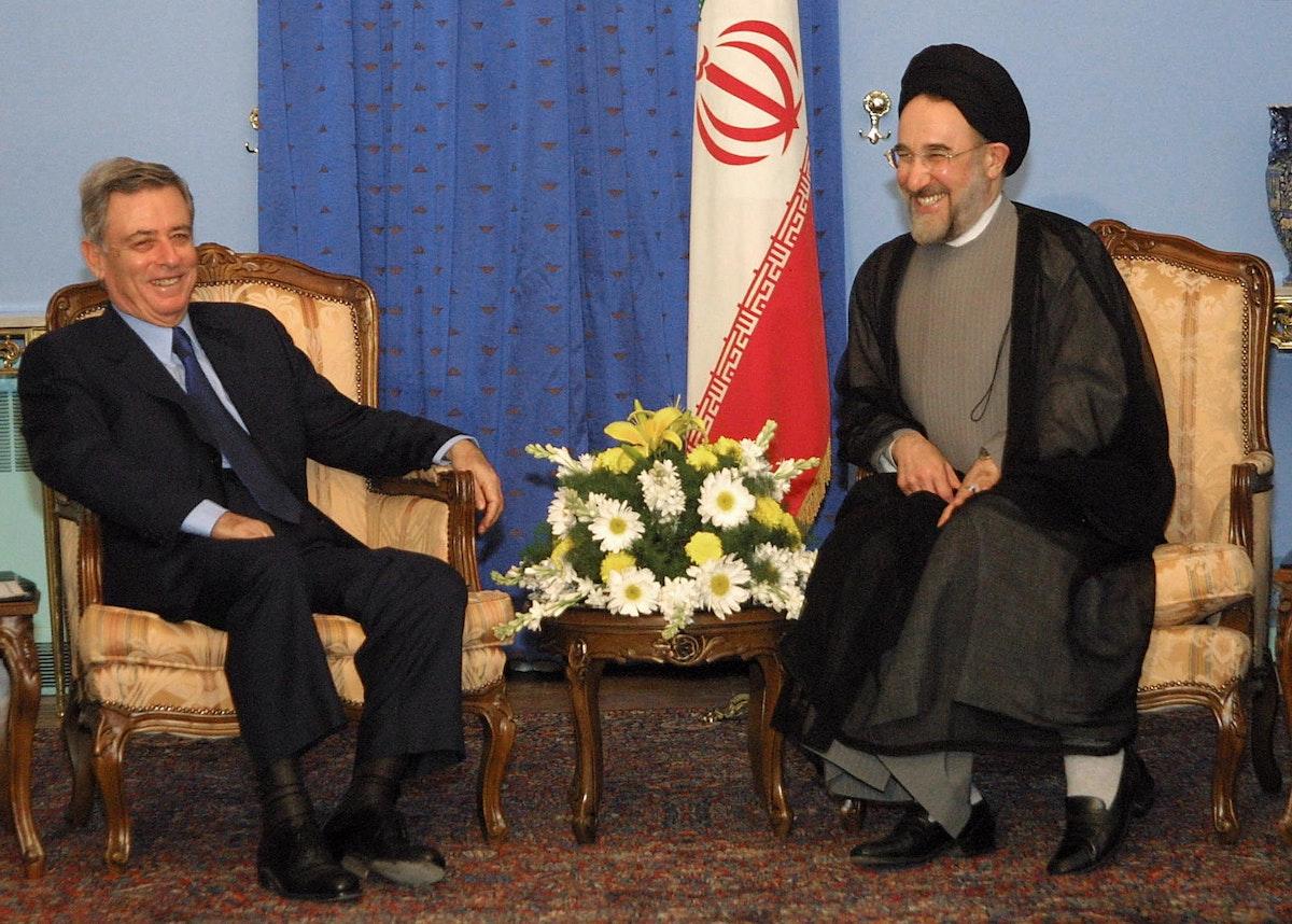الرئيس الإيراني السابق محمد خاتمي يلتقي نائب الرئيس السوري السابق عبد الحليم خدام في طهران- 24 يوليو 2001 - AFP