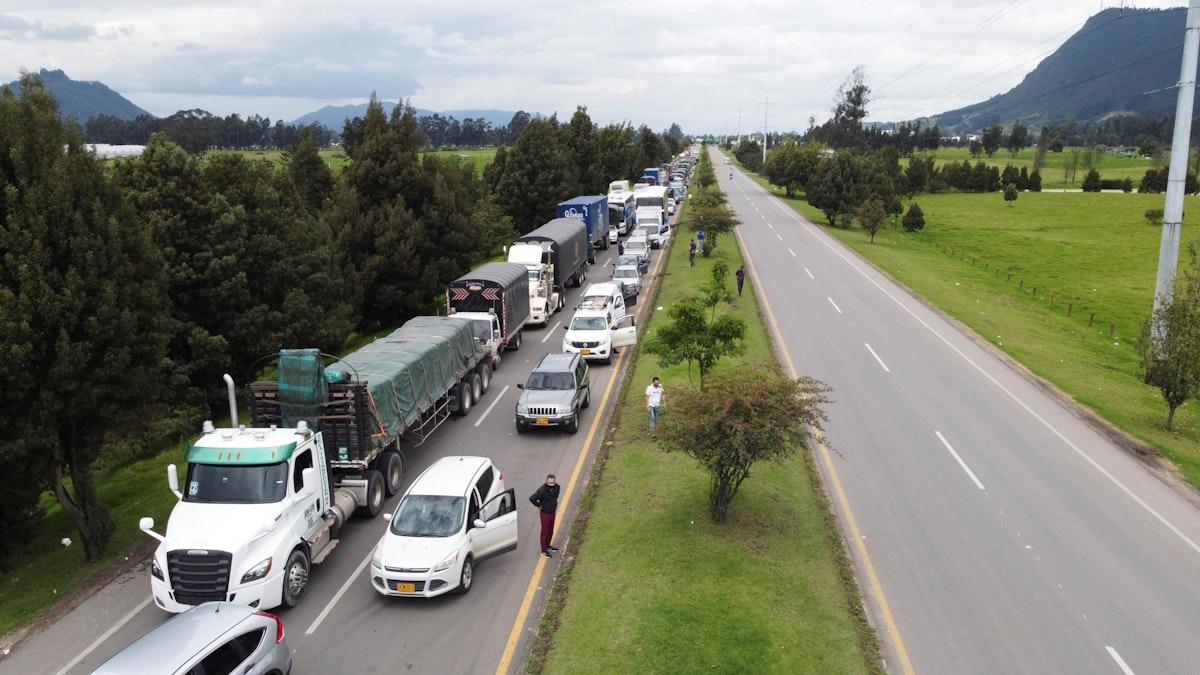 سيارات عالقة على طريق أغلقه محتجون في كولومبيا - 3 مايو 2021 - REUTERS