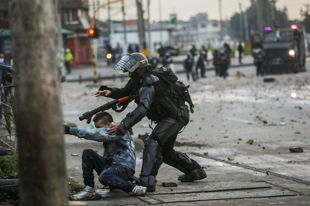 شرطي يعتقل متظاهراً خلال احتجاجات على مشروع الإصلاح الضريبي في بوغوتا - 30 أبريل 2021 - REUTERS