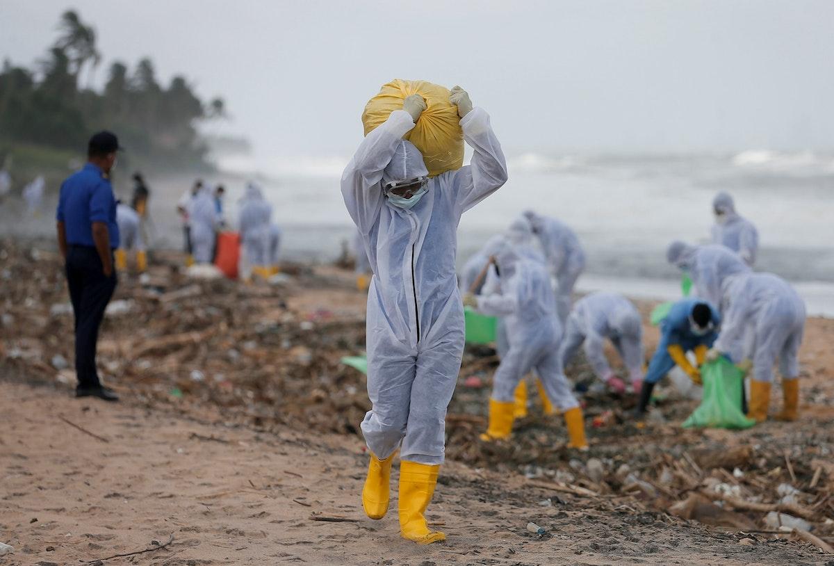 عمليات تنظيف الشاطئ من آثار مخلفات حريق السفينة في سريلانكا - REUTERS