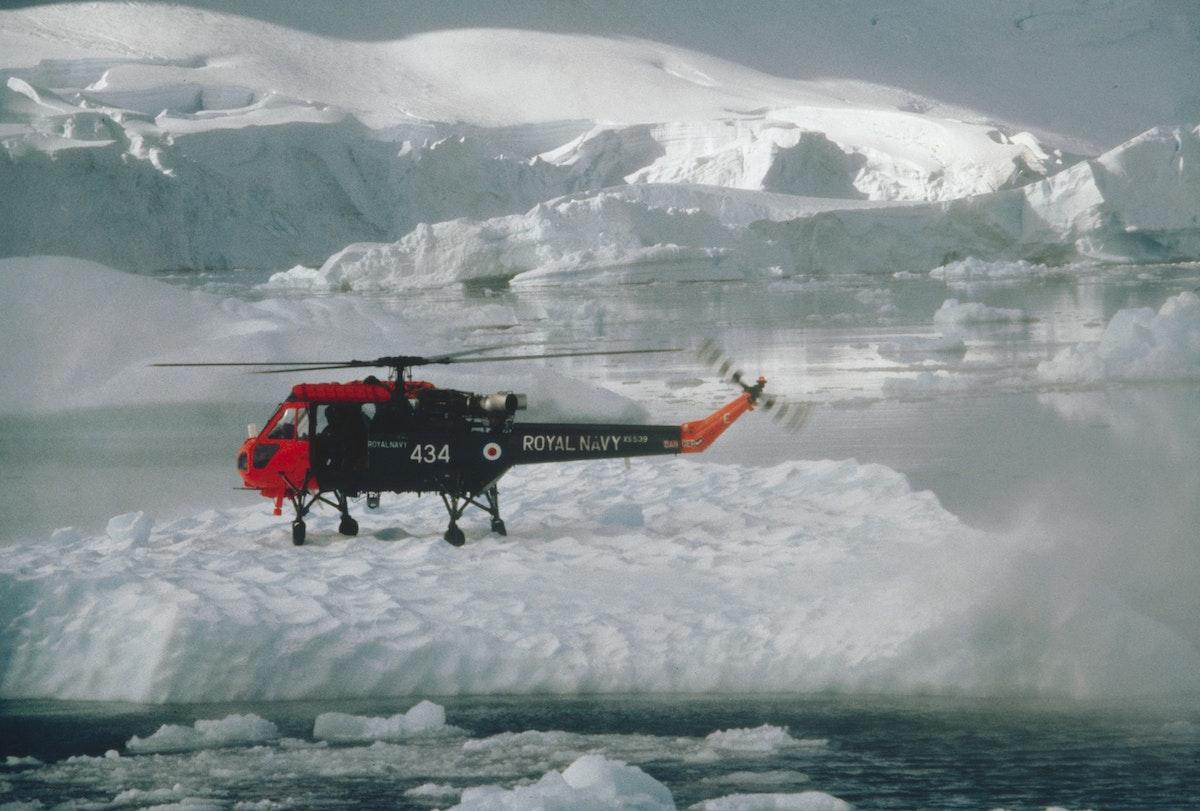 طائرة مروحية على الجليد خلال عملية مسح سابقة في القطب الجنوبي - Getty Images