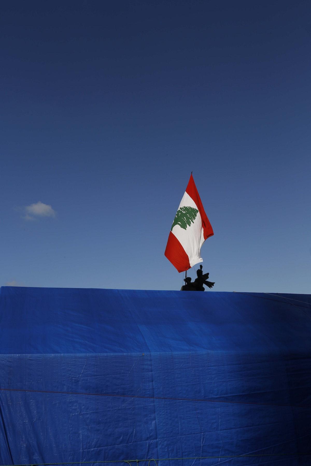 صورة للفنان اللبناني مروان طحطح توثق يوميات الاحتجاجات اللبنانية التي انطلقت في 17 أكتوبر من العام الماضي - الشرق