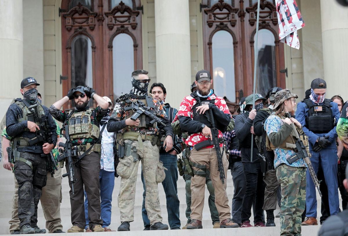 أعضاء من حركة بوغالو يتجمعون خارج مبنى الكابيتول في ولاية ميشيغان - 17 أكتوبر 2020 - REUTERS