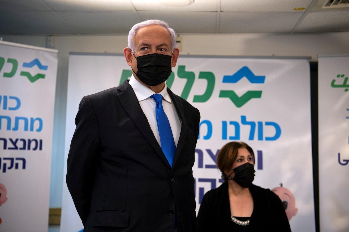 رئيس الوزراء الإسرائيلي بنيامين نتنياهو يزور منشأة تطعيم ضد فيروس كورونا في الناصرة، 13 يناير 2021 - REUTERS
