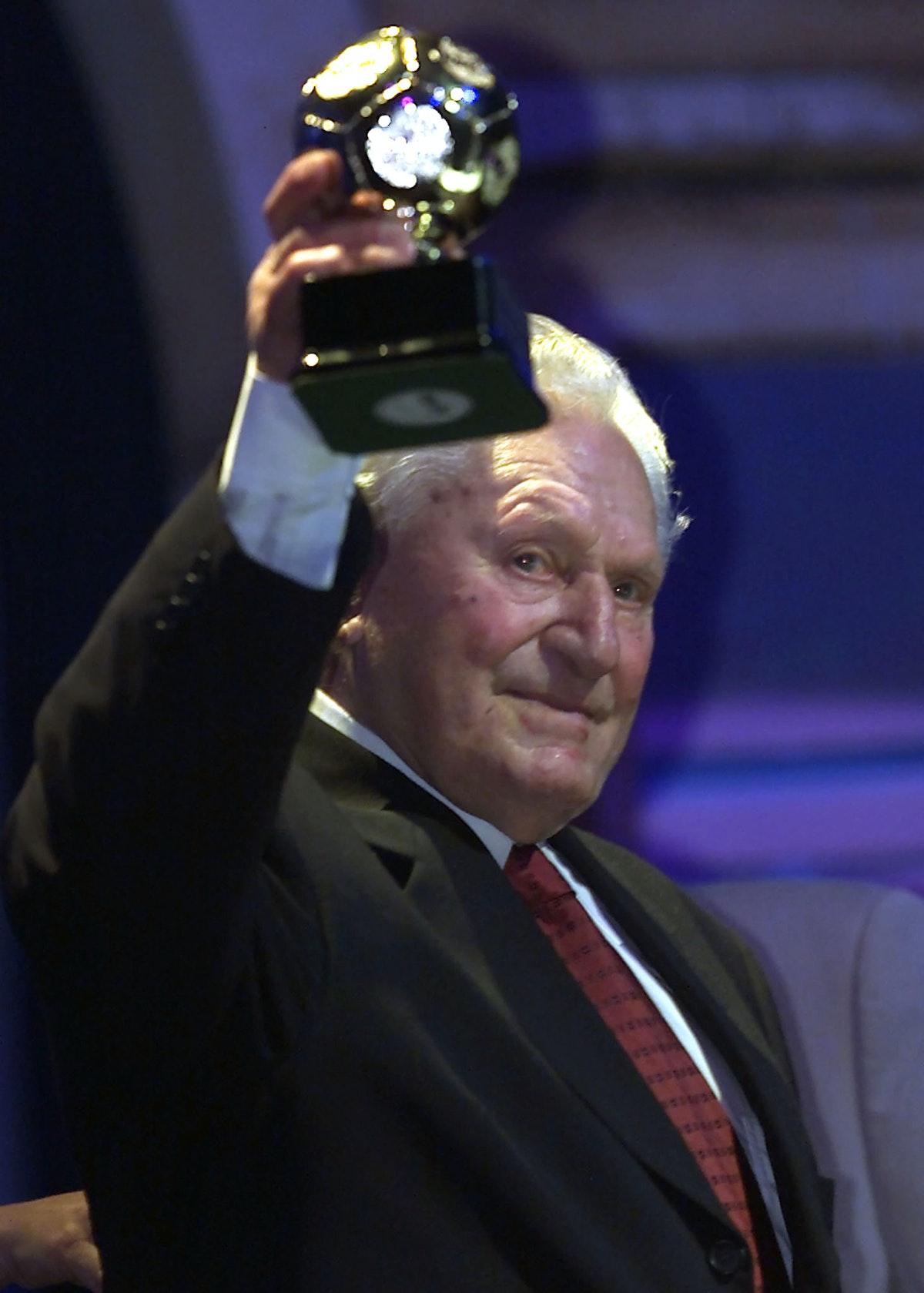 جوزيف بيكان يحتفل بجائزة أفضل هداف في التاريخ - REUTERS