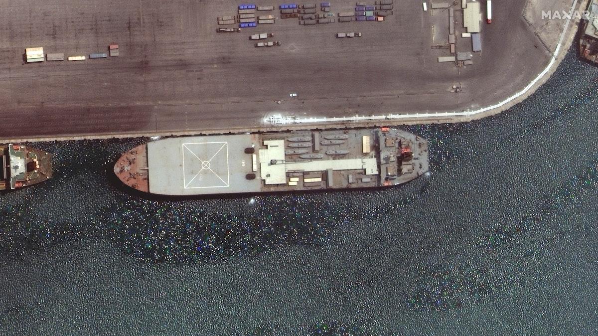 """صورة عبر الأقمار الصناعية التقطتها شركة """"ماكسار تكنولوجيز"""" للسفينة الإيرانية الحربية في ميناء بندر عباس 28 أبريل 2021 - via REUTERS"""