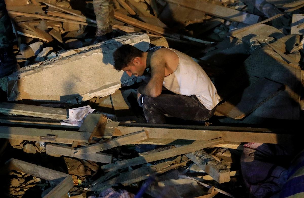 رجل يبحث عن أقربائه خلال عمليات إنقاذ في مدينة غنجه الأذربيجانية. 17 أكتوبر 2020 - REUTERS