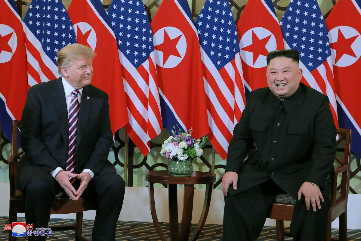 ترمب وكيم يضحكان خلال أحد لقاءاتهما الثنائية في قمة هانوي - REUTERS