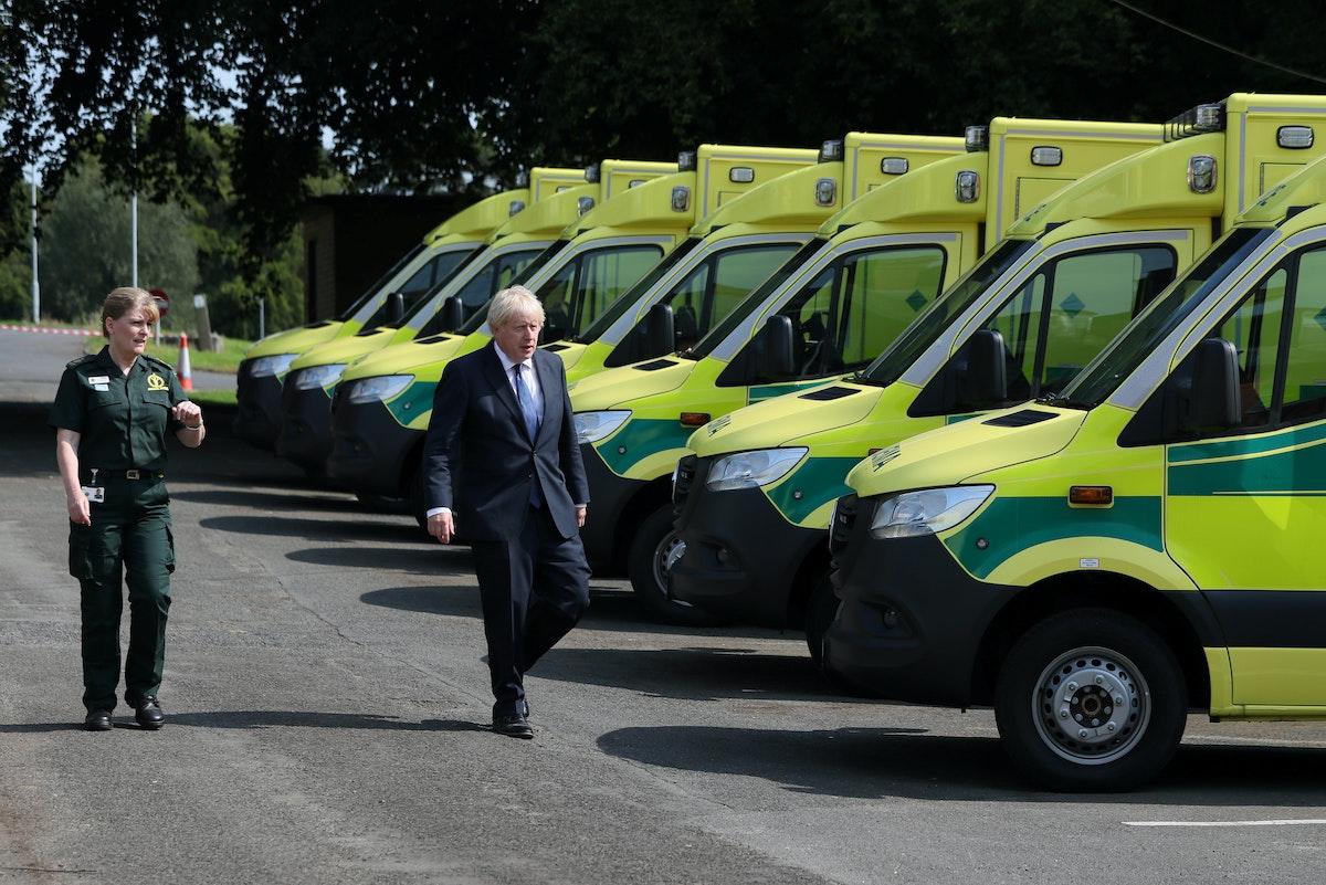 رئيس الوزراء البريطاني بوريس جونسون خلال زيارته للمقر الرئيس لخدمة الإسعاف في إيرلندا الشمالية 13 أغسطس 2020 - REUTERS
