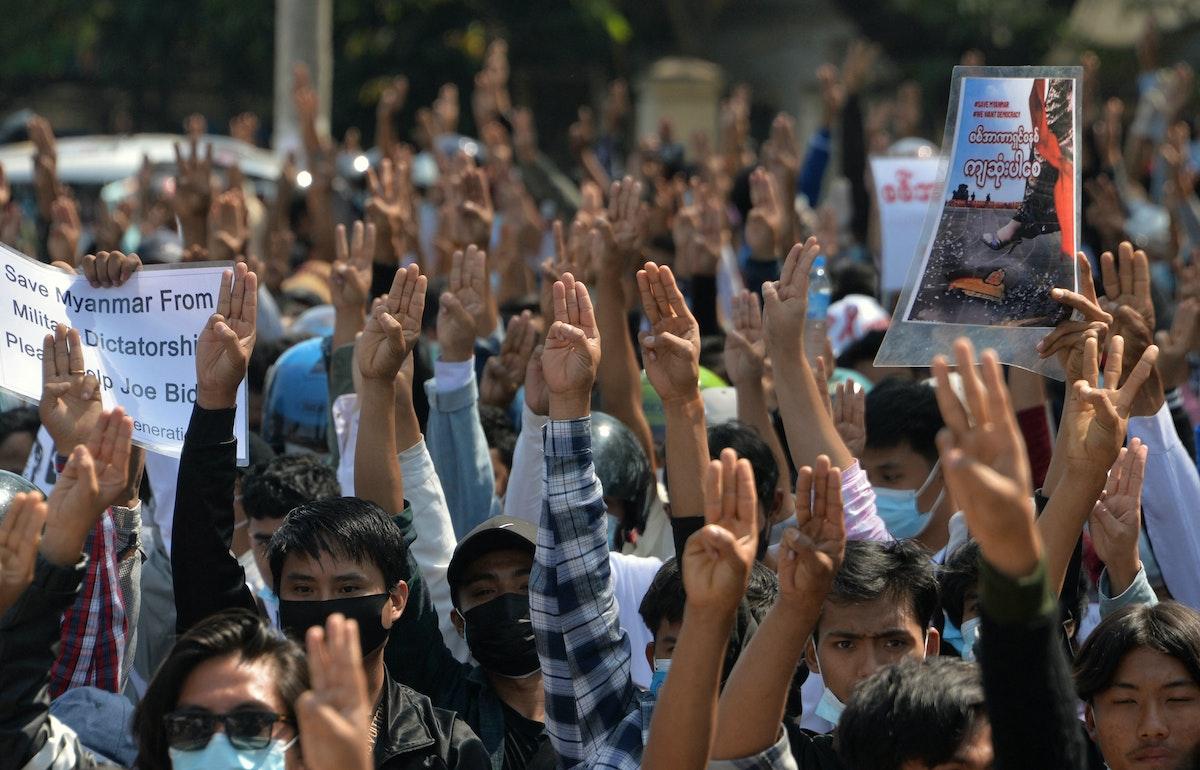"""متظاهرون يرفعون """"شعار المقاومة"""" خلال تظاهرة ضد الانقلاب العسكري بمدينة نايبيداو في ميانمار، 12 فبراير 2021 - AFP"""