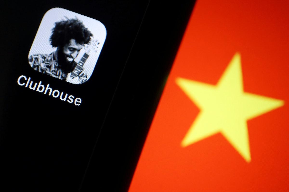 """شعار تطبيق """"كلوب هاوس"""" على شاشة هاتف ذكي وفي الخلفية علم الصين - REUTERS"""