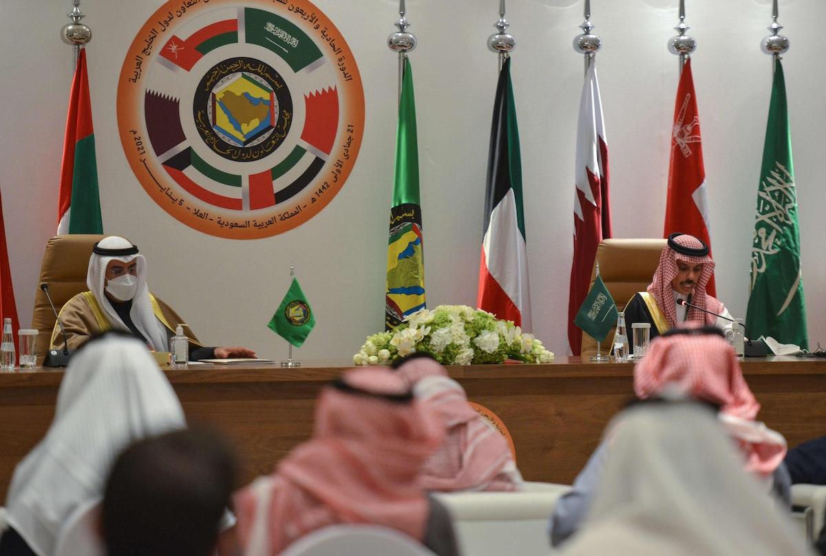 وزير الخارجية السعودي الأمير فيصل بن فرحان والأمين العام لمجلس التعاون الخليجي نايف الحجرف - AFP