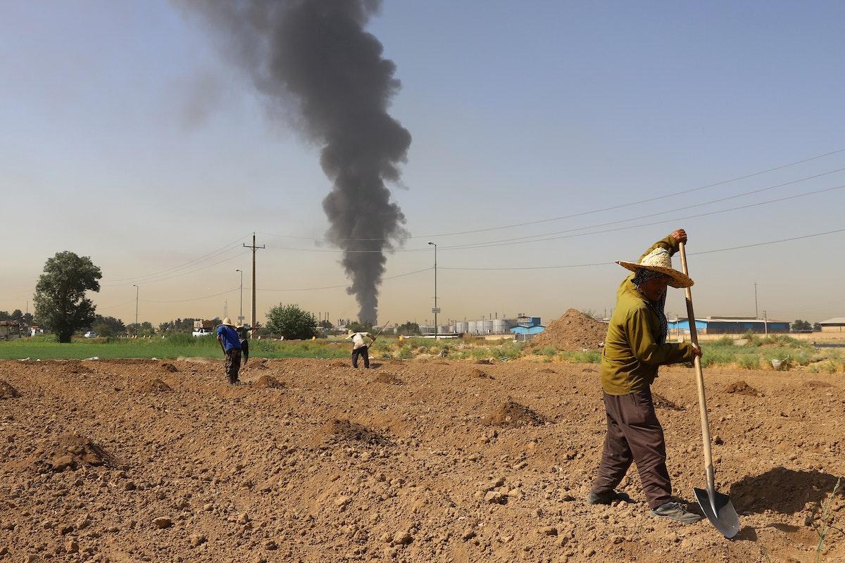 عمود الدخان المتصاعد من حريق مصفاة النفط يمكن رؤيته من حقل زراعي يبعد كيلومترات- 3 يونيو 2021 -REUTERS