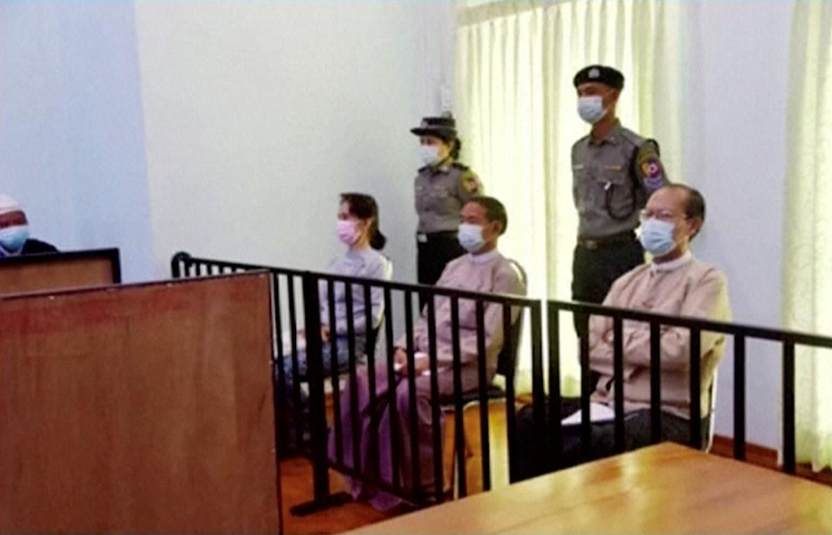 الزعيمة المدنية السابقة لميانمار أونغ سان سو تشي، والرئيس السابق وين مينت، والطبيب ميو أونغ، أمام محكمة في نايبيداو - 24 مايو 2021 - REUTERS
