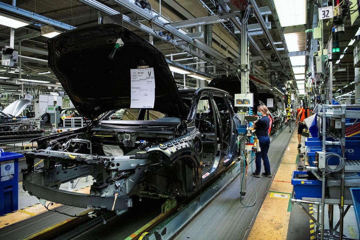 موظفون يعملون في خط إنتاج مصنع سيارات فولفو السويدي في تورسلاندا في جوتنبرج - AFP