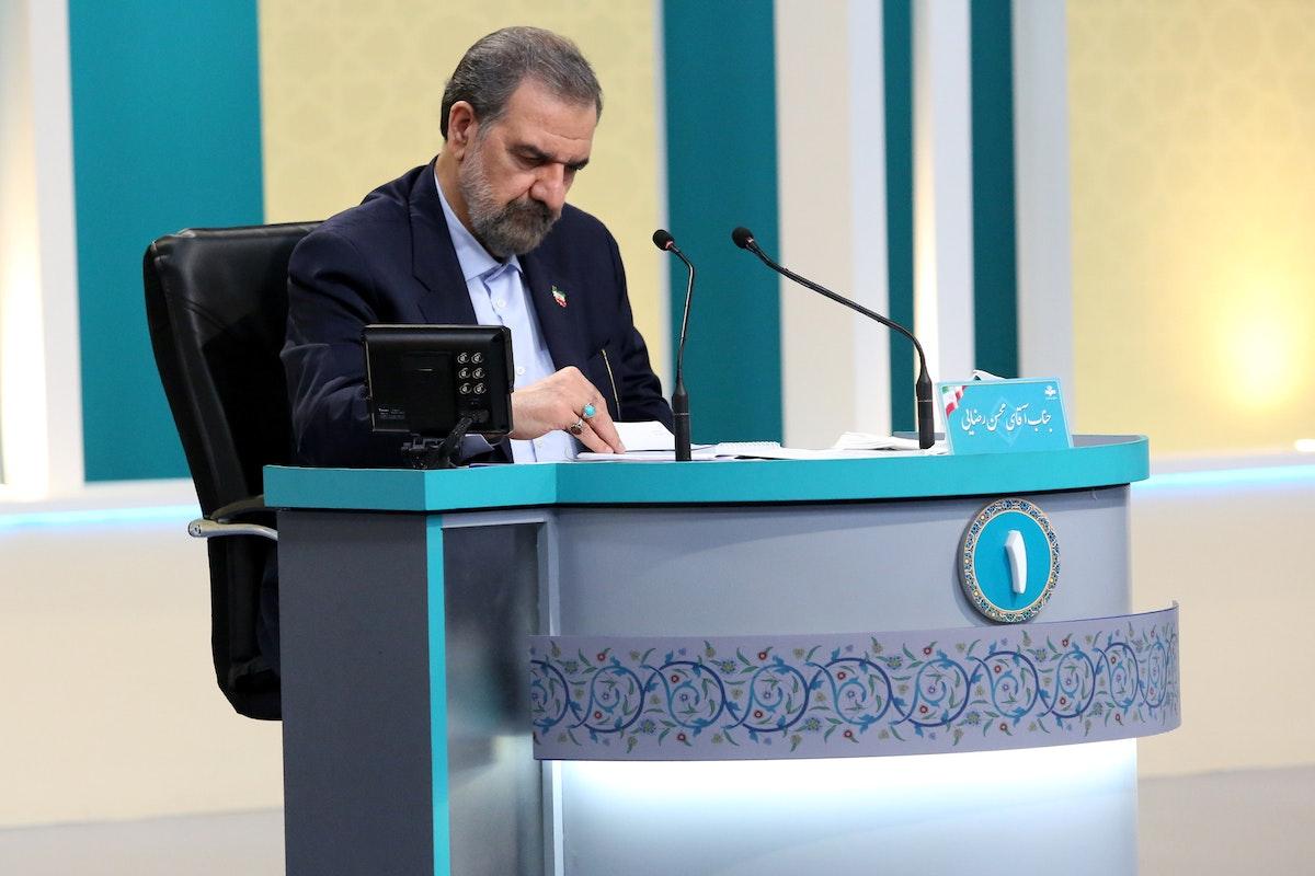 المرشح الرئاسي محسن رضائي أثناء المناظرة في طهران - 8 يونيو 2021 - REUTERS