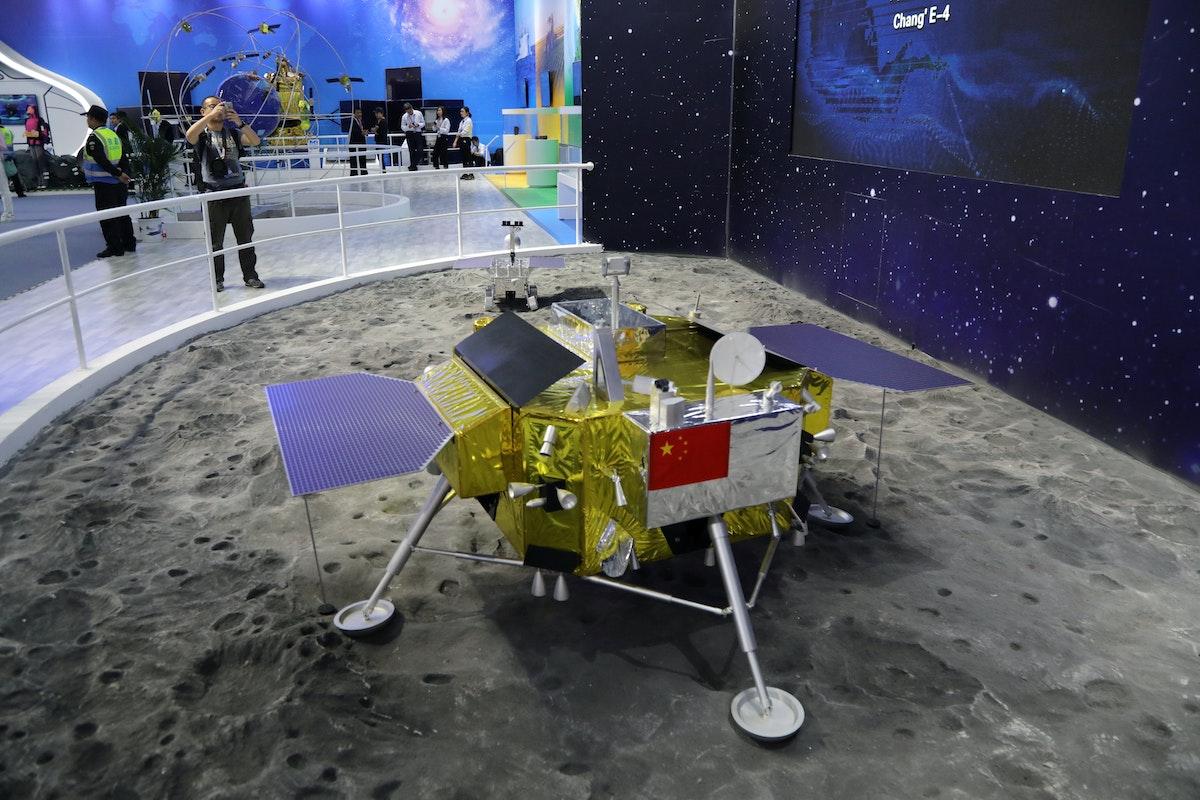 نموذج مسبار القمر الصيني تشانغ-4 في معرض مدينة زوهاي الجوي- REUTERS