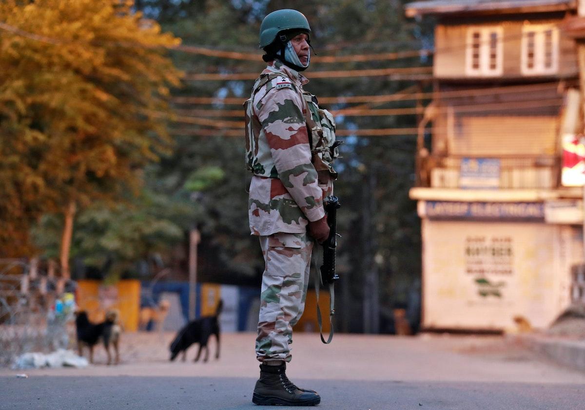 ضابط من شرطة الحدود الهندية التبتية يقف حارساً على طريق في سريناغار - REUTERS