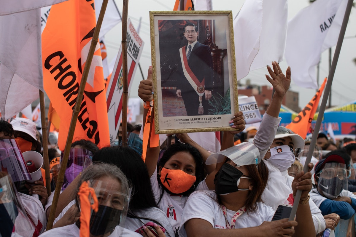أنصار للمرشحة اليمينية كيكو فوجيموري يرفعون صورة لوالدها، الرئيس السابق ألبرتو فوجيموري، أمام سجن للنساء في ليما - 15 مايو 2021 - Bloomberg