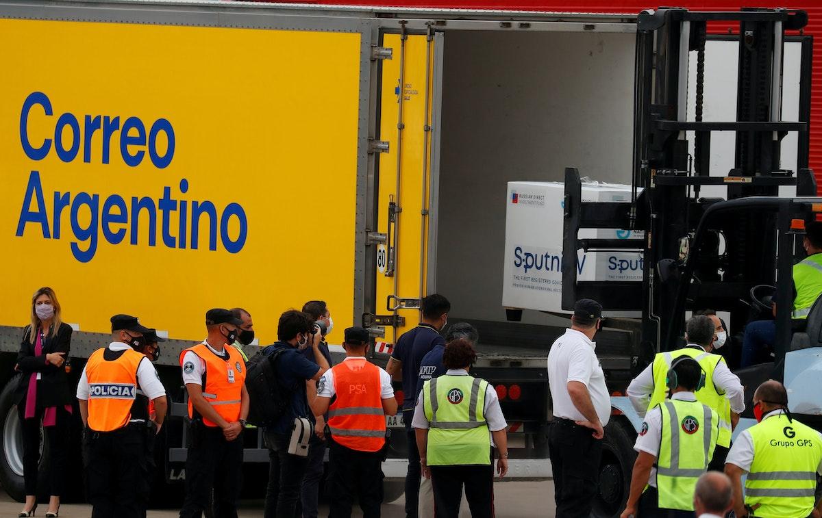 """شحنة من جرعات لقاح """"سبوتنك"""" الروسي المضاد لكورونا لدى وصولها إلى مطار إيزيزا الدولي، في العاصمة الأرجنتينية بوينس آيرس - REUTERS"""