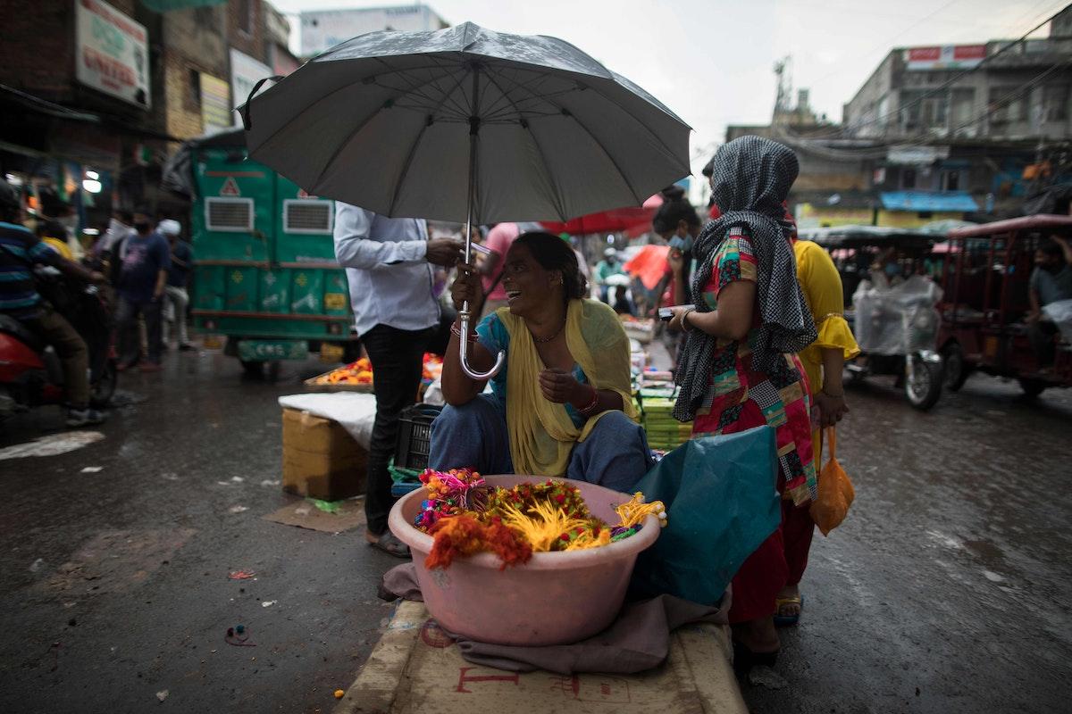 بائعة متجولة في سوق سادار بازار، في نيودلهي. 29 يوليو 2020 - AFP